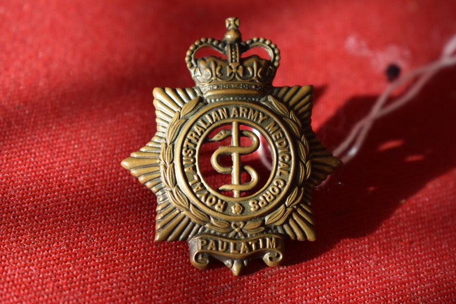 AUSTRALIAN ARMY HAT BADGE. MEDICAL CORPS 53-60
