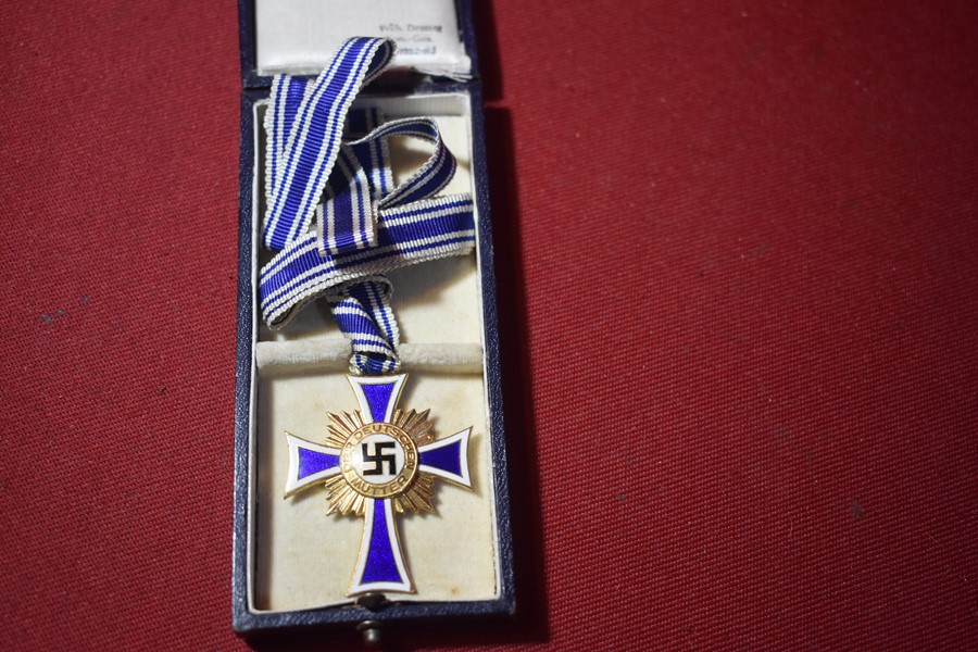 WW2 GERMAN MOTHERS CROSS IN GOLD WITH BOX OF ISSUE-SOLD