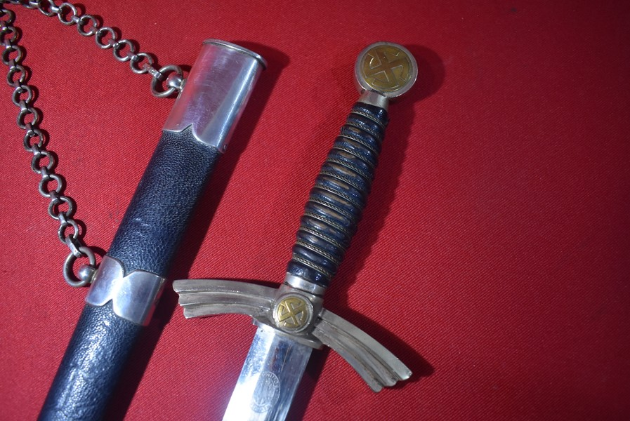 WW2 LUFTWAFFE OFFICERS 1ST PATTERN DAGGER WITH HANGING CHAINS.-SOLD