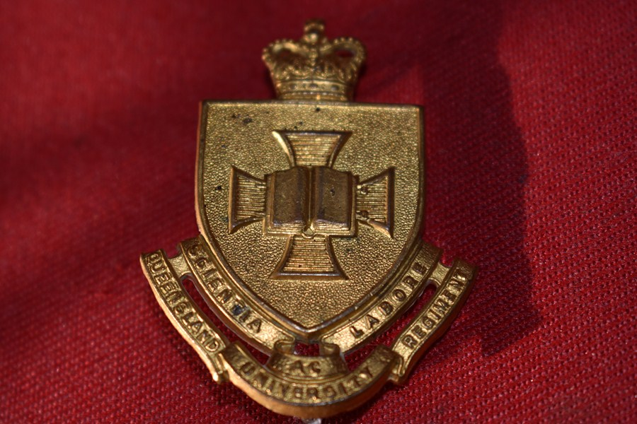 AUSTRALIAN ARMY HAT BADGE. QUEENSLAND UNIVERSITY REGIMENT. 53-60.